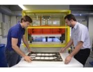 Flach (E) e Bezerra (D) operando a prensa hidráulica