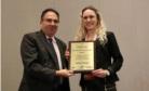 Andreia Henzel recebe prêmio