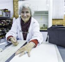 Erica Melina Lauer participa de oficina de modelagem de bolsas.