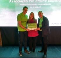 Professora Simone Moreira dos Santos recebeu certificado de representantes do Sicredi.