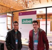 Jonathan Szablevski (à esquerda) e Gregório Nardini (à direita) são acadêmicos da Feevale e vencedores do Gramado Summit