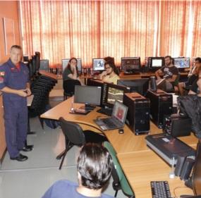 Sargento Edson Viana apresentou o briefing para os estudantes