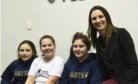 Daiana com alunas do Colégio Santa Teresinha